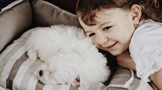 Dcera Jitky Boho Rosalie s novým psím mazlíčkem