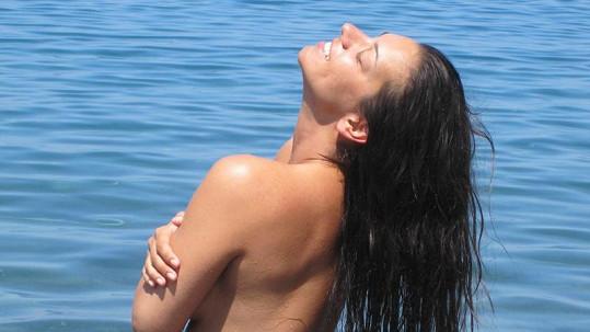 Marta si neustále máčela svoji hřívu v moři.