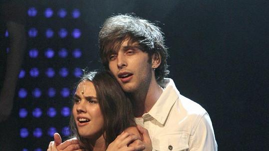 Míša Doubravová s Romanem Tomešem na pódiu.