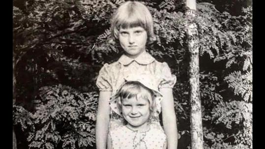 Simona Krainová vylovila fotku z dětství. Na snímku v popředí