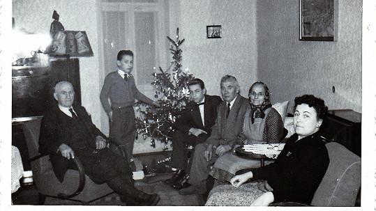 Známého moderátora (druhý zleva) bychom v chlapečkovi u vánočního stromku nepoznali.