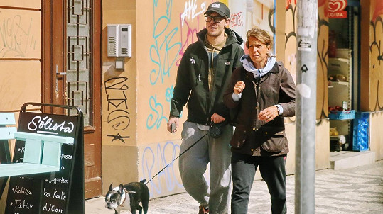 Barbora Strýcová a David Kraus na procházce s pejskem