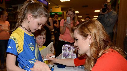 Pro podpis Koukalové si přišlo mnoho holčiček.