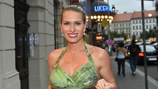 Olga Menzelová podprsenku nepotřebuje.