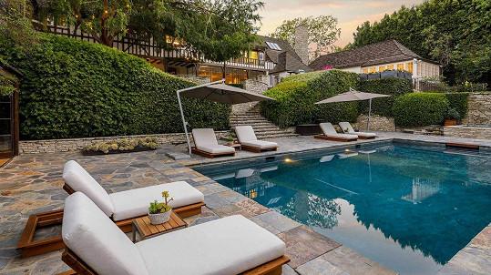 Nemovitost, kterou vlastnili Jennifer Aniston a Brad Pitt, je na prodej.