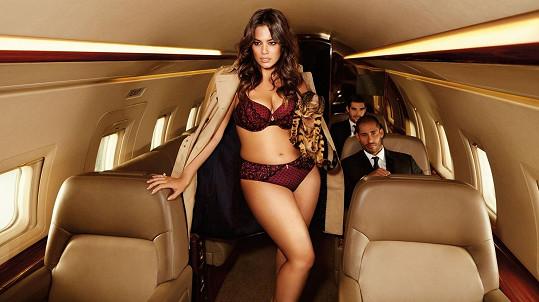 Modelka fotila originálně v prostorách soukromého letadla...