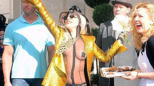 Spoře oděná Lady Gaga zdraví fanoušky.