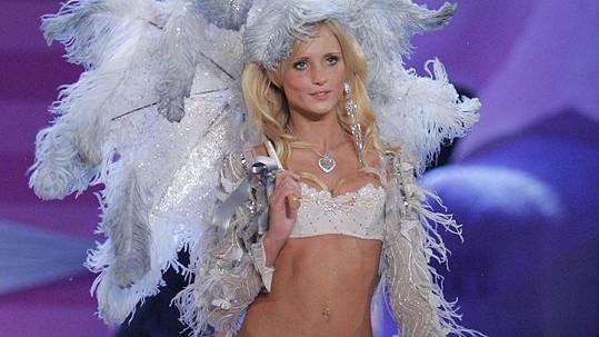 Modelka Yfke Sturm bojuje o život v neapolské nemocnici.
