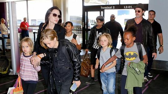 Angelina s Bradem a početným potomstvem