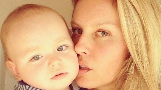 Simona Krainová pózuje se synem Brunem.