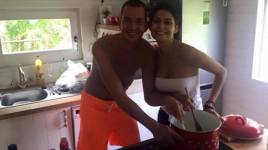 Vlaďka Erbová vaří s kamarádem Karlem.