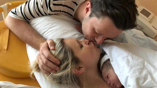 Šťastná rodinka s miminkem