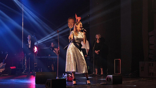 Monika Absolonová zpívá písničku Vánoce s Karlem G.