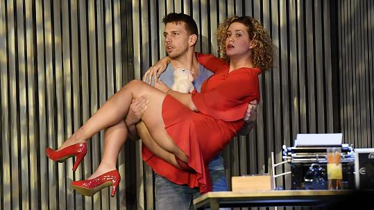 Pecha hraje se svou přítelkyní společné představení.