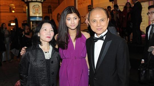 Světově uznávaný návrhář Jimmy Choo byl podle našeho zjištění Prahou nadšen.