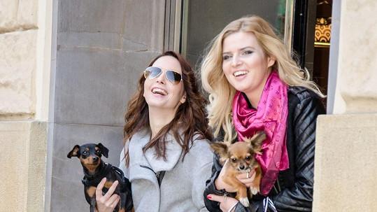 Nikol Štíbrová a Veronika Nová s rozkošnými psíky a ověšené taškami v Pařížské