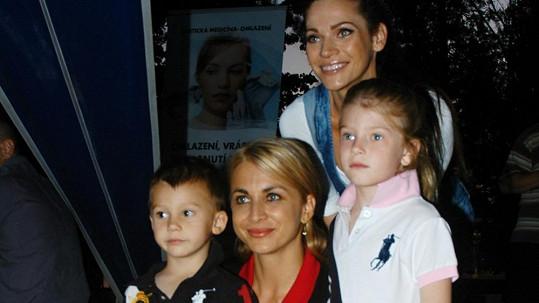 Andrea s kamarádkou a dětmi