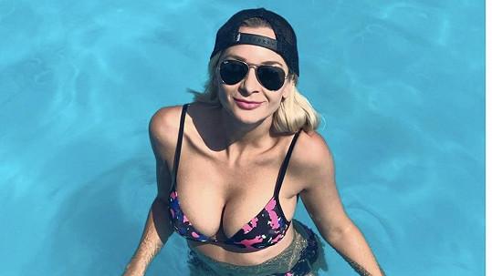 Bára Mottlová se nechala vyfotit v bikinách v bazénu.