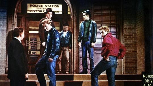 Frank Mazzola (třetí zprava) ve filmu Rebel bez příčiny (1955)