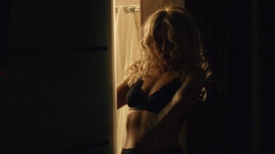 Kateřina Kaira Hrachovcová se svléká i ve filmu.