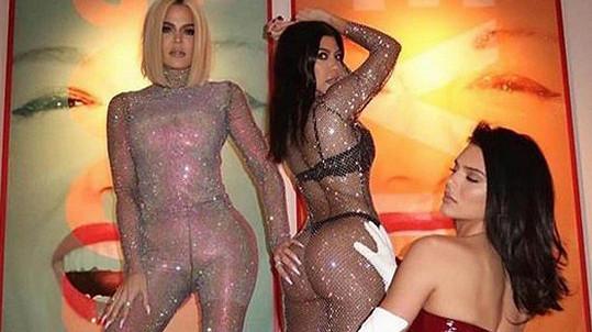 Khloé (vlevo) a Kourtney Kardashian (uprostřed) s mladší sestrou Kendall Jenner