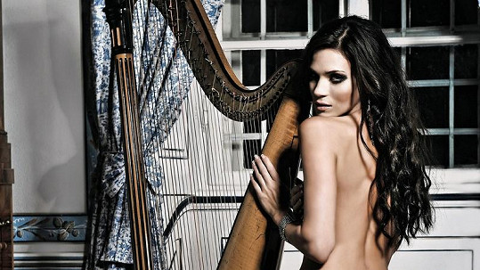 Andrea Verešová se svlékla u harfy.