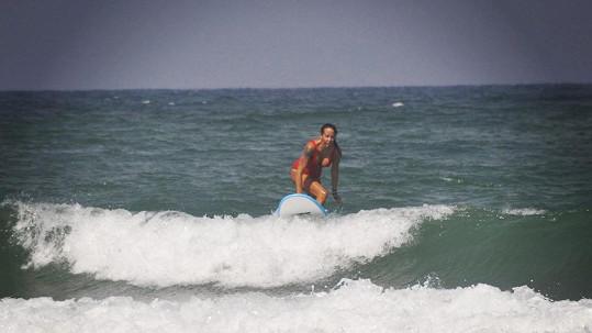 Agáta Prachařová se v Izraeli opět věnuje surfování.
