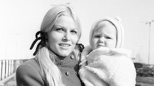 Sedmadvacetiletá Olga Schoberová se svou malou dcerou Sabrinou.