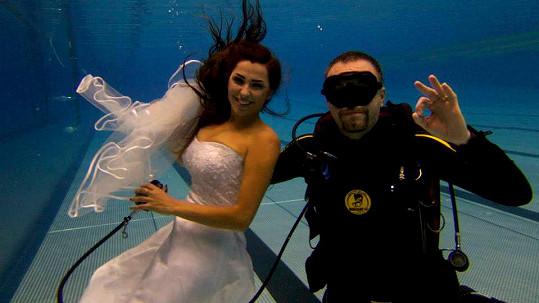 Anife se fotila ve svatebkách pod vodou.