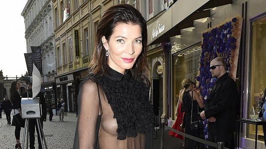 Monika Koblížková zase ukázala prsa.