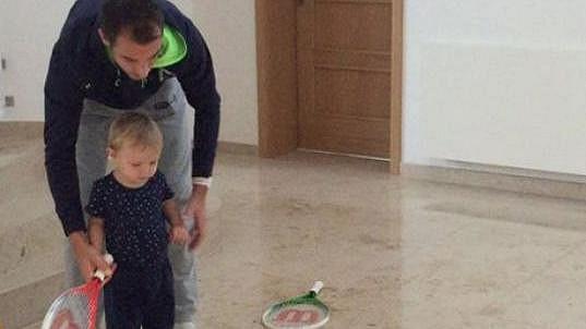 Lukáš Rosol se synem trénuje tenis.