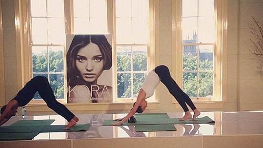 Miranda Kerr společně s trenérkou předcvičuje jógu.