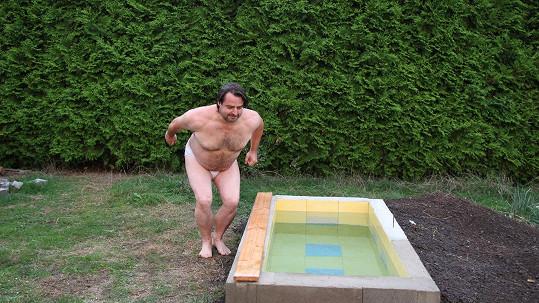 Zdeněk Macura a jeho rakev/ hrob/ bazén