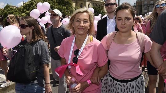 Vanda Hybnerová během pochodu s dcerou.