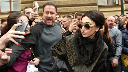 Lady Gaga je v Praze.
