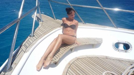 Takhle se Betka vyprsila na přídi lodi.