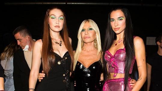 Donatella Versace s hvězdami své přehlídky