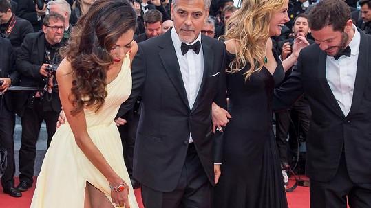 Amal Clooney na červeném koberci tentokrát měla dost práce.