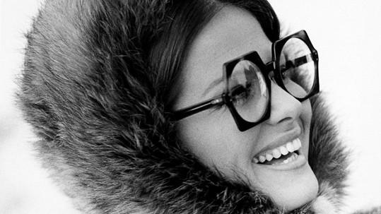 Poznáte krásku v retro brýlích a chlupaté čepici?