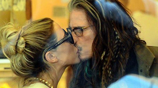 Steven Tyler se nemůže své mladší partnerky nabažit.