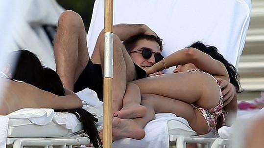 Takhle si na pláži užívá Robert Pattinson.
