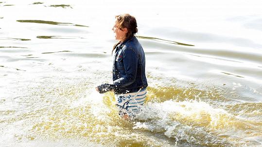 Jitka Čvačarová se hrabe z vody.