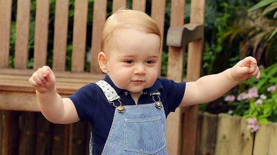 Malý George už vesele ťape....