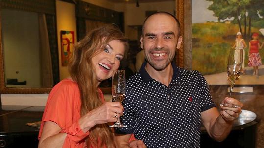 Na premiéru vyrazil snoubenec Simony Babčákové s herečkou Simonou Praskovou.