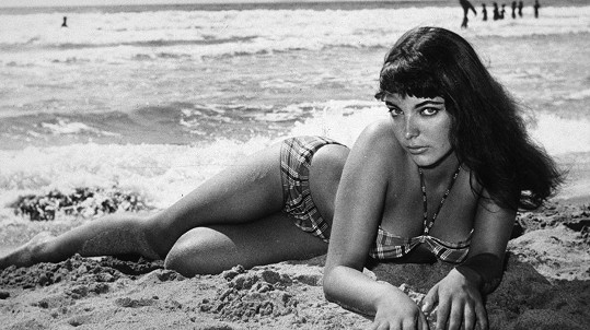 Joan Collins v bikinách. Psala se polovina padesátých let.