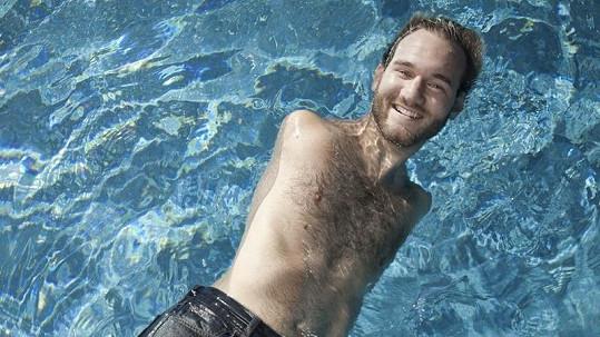 Nick dokáže plavat a zvládá řadu dalších sportů.
