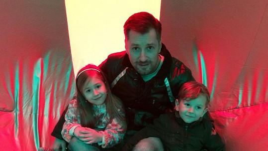 Petr Vágner s tříletým Maxem a sedmiletou Lili