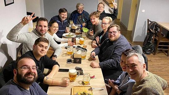 Herci vyrazili na pivo.