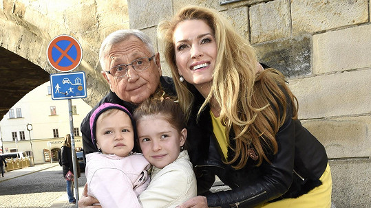 Manželé Menzelovi s dcerami Annou a Evou