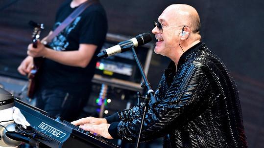 Michal David přeložil svoje narozeninové koncerty.